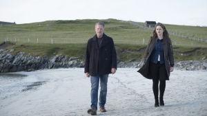 Shetlannin maisemiin asettunut rikostutkija Jimmy Perez jatkaa tutkimuksiaan uusissa jaksoissa.