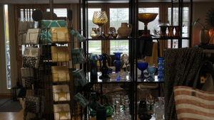 En hylla med olika konstglas i en inredningsaffär