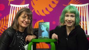 Journalisten Anna Dönsberg och författaren Henna Johansdotter samtalar om science fiction och dystopier på Helsingfors Bokmässa.