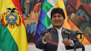 Evo Morales jubalde över valresultatet som om det bekräftas, gör honom till Latinamerikas långvarigaste president