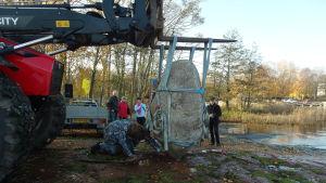 Under överseende av Bart Eysink Smeets installerades stenen på sin nya plats på Lilla holmen i Mariehamn.