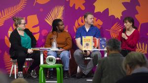Kia Svaetichin diskuterar representation i barnböcker tillsammans med Milena Parland, författare och verksamhetsledare på Ad Astra och Saba Holm, ungdomsinformatör på Luckan och barnboksbibliotekarie Tobias Larsson.