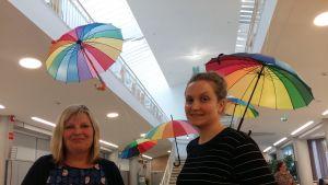 Merja Moilanen och Jenni Turunen arbetar med regnbågsfrågor vid Kampens servicecentral.