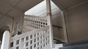 En vit trappa.