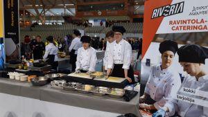 Kokki- ja tarjoilijaoppilaat esittelevät koulutustaan Toisen asteen yhteys -tapahtumassa Joensuu Areenalla.