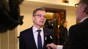 En kosymklädd man intervjuas för TV i Stockmanns varuhus.