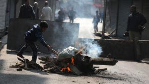 Protester har krossats med hård hand och över 4 000 muslimska Kashmirbro har gripits sedan augusti