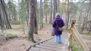 kvinna går nerför trappa i naturen