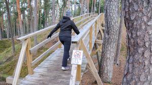 motionär går uppför en gångbro