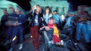 Berliiniläiset juhlivat muurin murtumista 9.11.1989.