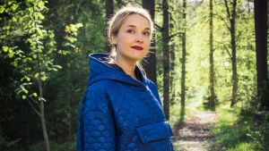 Laulaja Iisa metsäpolulla