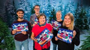 BUU-klubbens pappersjulkalender 2019 och teamet bakom kalendern poserar i en tv-studio