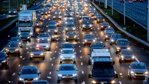 Trafikstockning på den flerfiliga motorvägen A4, Hoofdorp, Nederländerna.