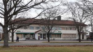 En ljus stenbyggnad där det finns en bank i Ingå.