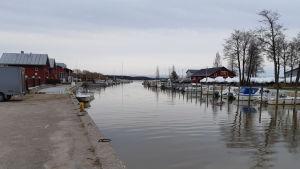 Småbåtshamnen i Ingå i november, några enstaka båtar är förtöjda vid kajerna.