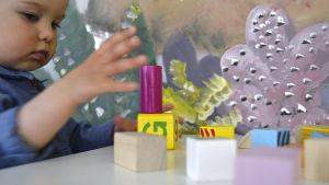 En flicka (Aida) bygger klossar under ett familjecafé i LillaLuckan i Helsingfors, Luckans barnkulturrum.