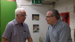 Kursdeltagaren Wille Nordström i samtal med söjdläraren Henrik Malmström