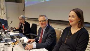 kaupunginsihteeri Kaisa Laitinen, kaupunginjohtaja Esko Lotvonen ja kaupunginhallituksen puheenjohtaja Liisa Ansala Rovaniemen kaupunginvaltuuston kokouksessa 11.11.2019