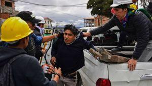 Civila motståndare till Morales grep en Moralesanhängare i La Paz på måndagen.