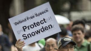 Folk demonstrerar för Edward Snowden i Hong Kong.