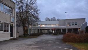 Axxells fastighet på Vapparvägen i Pargas är en ljus tegelbyggnad med stora fönster på baksidan.