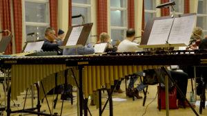 Kemin kaupunginorkesteri harjoittelemassa, lyömäsoittimet etualalla.