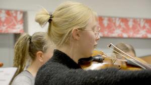 Elsa Hasu soittaa viulua musiikkiopiston harjoituksissa.