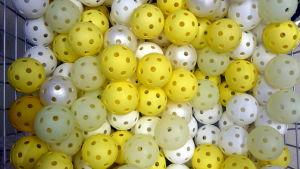 Gula och vita innebandybollar.