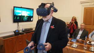 John Faraclas, som är specialist på sjöfartsfrågor, testar VR-glasögon.