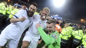 Tim Sparv, Paulus Arajuuri och Lukas Hradecky firar efter segern över Liechtenstein.