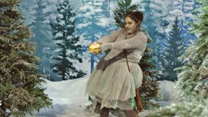 Älvan Klampa med julkulan ur Jul i Hittehatt
