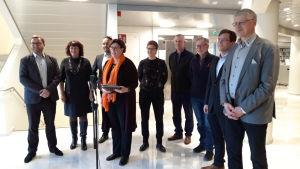 Ministrar i Ålands landskapsregering står uppställda på rad.