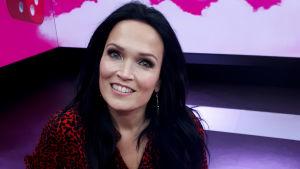 Puoli seitsemän -ohjelmassa vieraillut laulaja Tarja Turunen