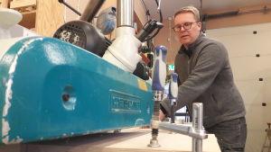 Mats Nylund äger ett snickeri i Nykarleby