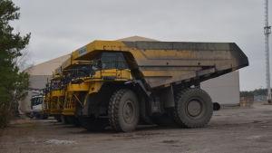 Stora lastbilar som kör antracit i Koverhar hamn.