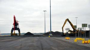 En stor maskin som väntar på att få lasta antracit på ett fartyg i Koverhar hamn.