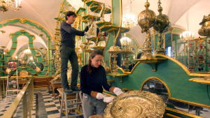 Vihreä holvi -aarekammion työntekijät puhdistavat museon kulta-aarteita.