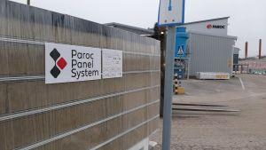 En lapp med texten Paroc Panel System finns på en hög element utanför Parocs fabrik i Pargas.