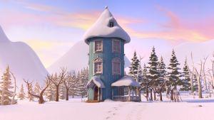 Muumitalo seisoo paikallaan lumisessa laaksossa. Taivaalla pilvet ovat värittäytyneet auringosta.