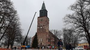 Domkyrkotorget i Åbo, julgran reses framför kyrkans trappor.