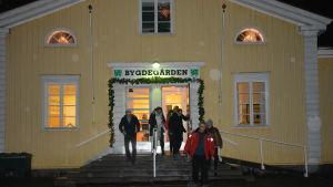Bromarvbor går ut från Bygdegården i Tenala.
