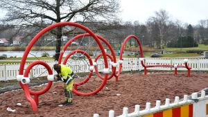 Lekredskap i Centralparken, röd metallknorr med nät.