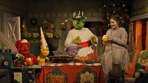 Karaktärerna ur tv-serien Jul i Hittehatt firar Lucia