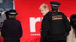 Premiärminister Johnson under sitt besök på attentatsplatsen på lördagen.