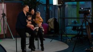 BUU-dagen i Hfors 2019. En familj tar familjporträtt.