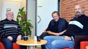 Birger Blomqvist, Hans Nyman och Johan Lönnberg sitter vid ett bord.
