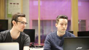 Opiskelijat Janne Alaranta ja Johannes Syvämeri koodaustunnilla Lahden ammattikorkeakoulussa joulukuussa 2019.
