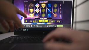 Lähikuva läppärillä pelattavasta rahapelistä netissä.