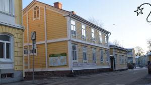Gula trähus intill gamla stadshuset i Ekenäs.