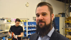 Inköparen Jens Holmström ser sig omkring i Trafomics verkstad i Reso.